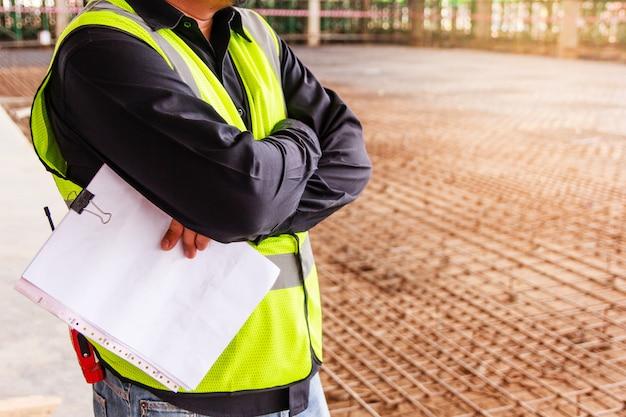 Aufsichtskraftarbeitskraft, die arbeiten einer baustelle überprüft