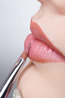 Auftragen des lippenglanzes