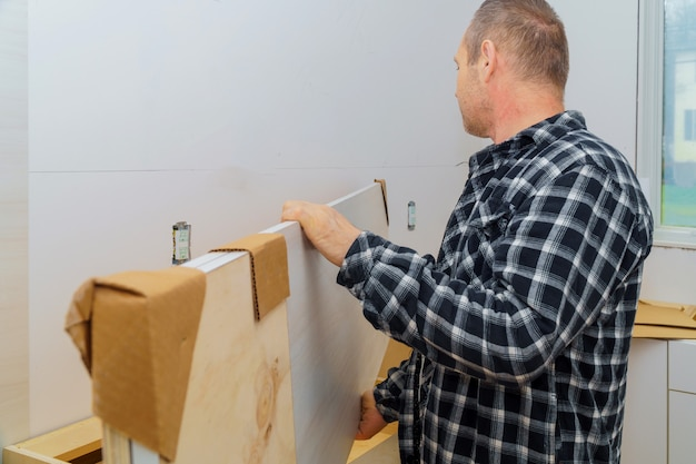 Auftragnehmer, der eine neue laminatküchenarbeitsplatte installiert