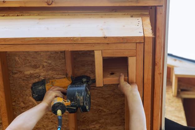 Auftragnehmer, der einen wandabschnitt für ein zollhaus des rahmengebäudes einrahmt