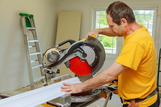 Auftragnehmer, der kreissägen-ausschnitt-kronen-formteil für erneuerung verwendet.