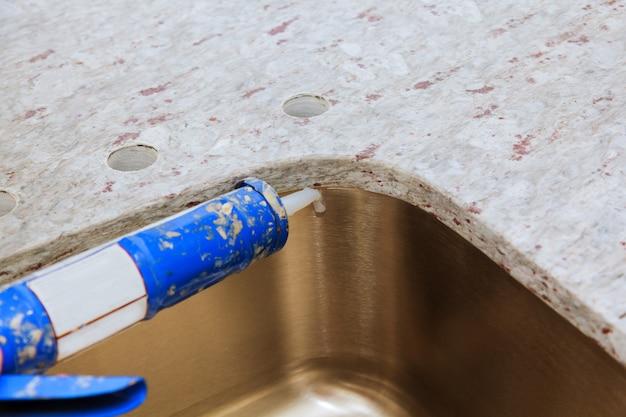 Auftragnehmer installiert arbeitsplatten und waschbecken sind teilweise
