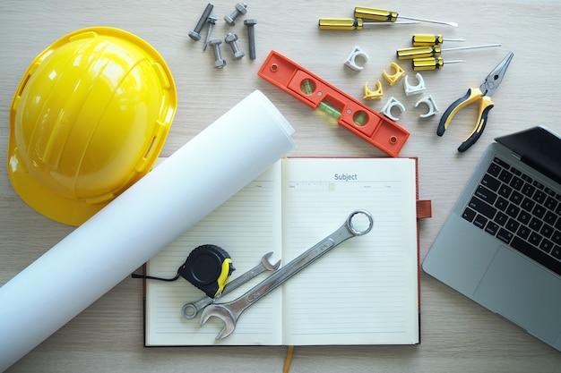 Auftragnehmer schreibtisch und engineering-team.