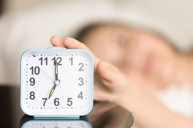 Aufwachen für arbeit im morgenkonzept