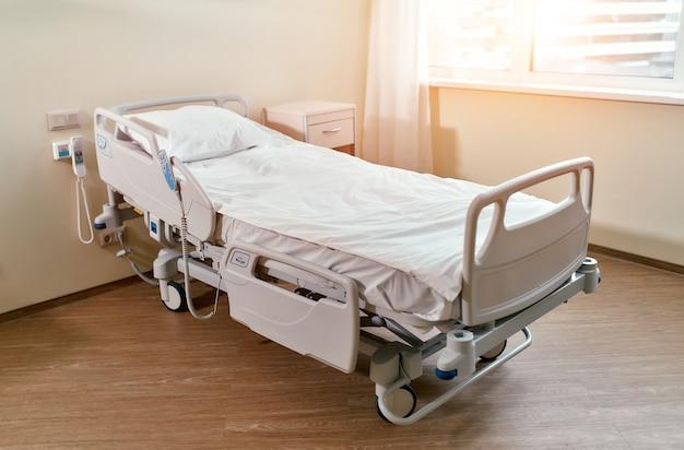 Aufwachraum mit bett und komfortabler medizinischer versorgung. innenraum eines leeren krankenzimmers.