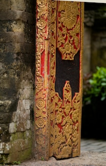 Aufwändige dekorative tablette in bali