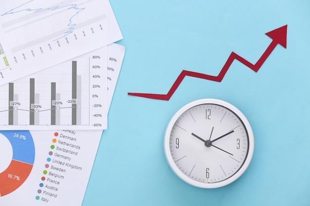 Aufwärtspfeil des wachstums, grafiken und diagramme, uhr auf blau. wirtschaftlichen erfolg