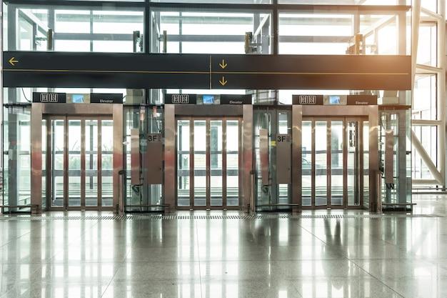 Aufzug im flughafenterminal