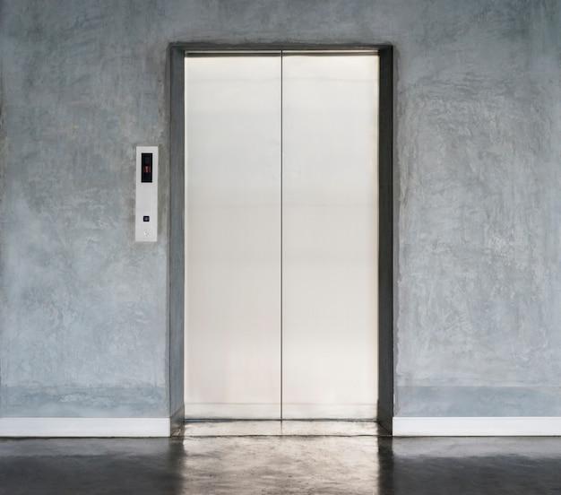 Aufzug mit geschlossener tür