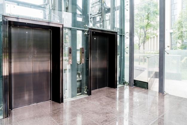 Aufzug türen im bürogebäude