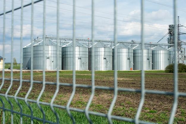 Aufzugsfarm außerhalb des zauns