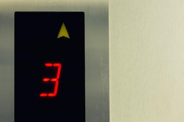 Aufzugspaneel zeigt die bodennummer