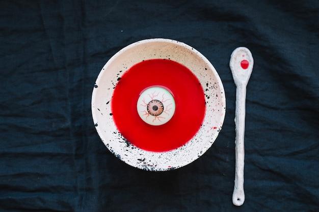 Augapfel in platte mit roter flüssigkeit