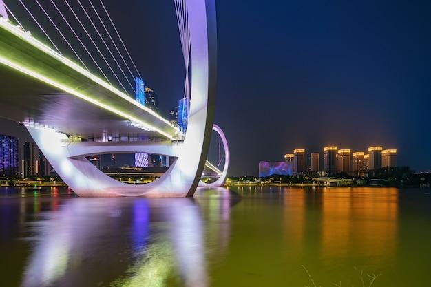 Auge der nanjing fußgängerbrücke und der städtischen skyline im bezirk jianye, nanjing, china