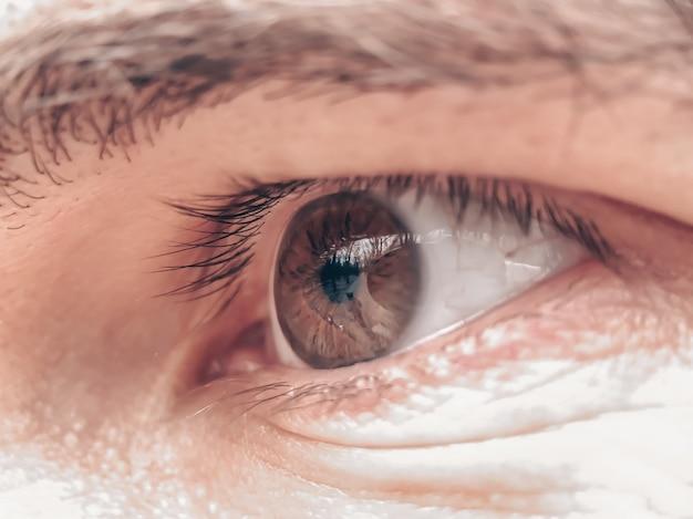 Auge einer nahaufnahme des jungen mannes. anwendung in der medizin und anderen bereichen.