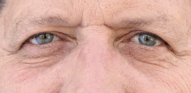 Augen des älteren mannes nah oben