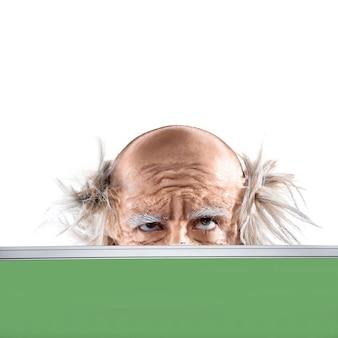 Augen eines verrückten kahlen alten mannes durch die schulbehörde lokalisiert auf weiß