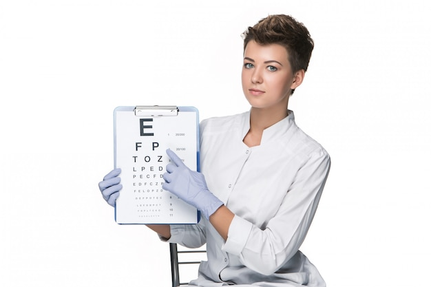 Augenarzt der jungen frau mit sehtafel