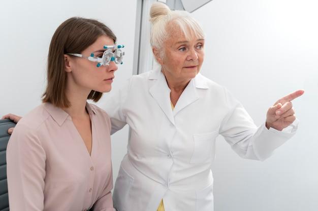 Augenarzt überprüft einen patienten in ihrer klinik