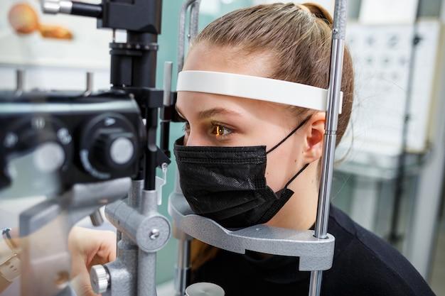 Augenbehandlung in klinik oder krankenhaus mit arzt-kovid-zeit