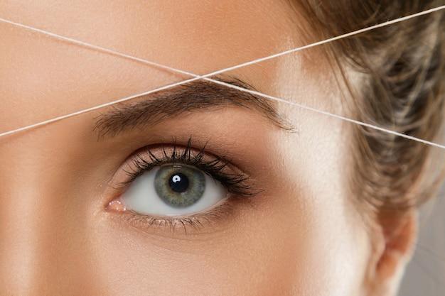 Augenbrauen einfädeln - epilierungsverfahren zur korrektur der augenbrauenform