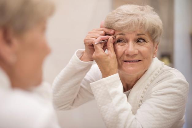 Augenbrauen in guter form zu halten ist nicht einfach