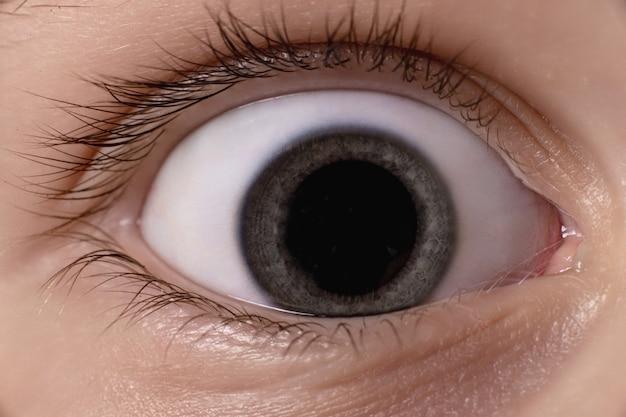Augennahaufnahme des babys. große pupille im auge.
