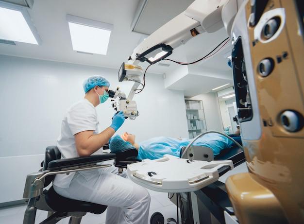 Augenoperation. ein patient und chirurg im operationssaal während der augenchirurgie. sehkorrektur