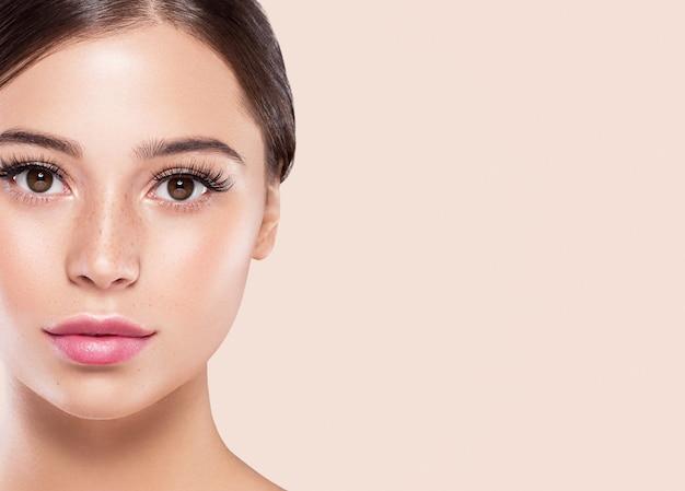 Augenwimpern frau gesicht nahaufnahme natürliche make-up gesunde haut. studioaufnahme.