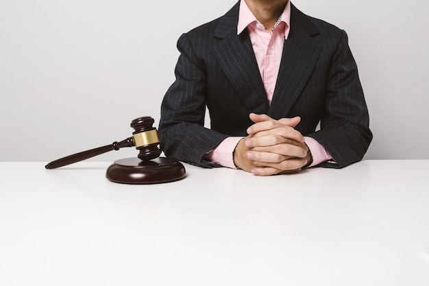 Auktionsrichter, der im büro sitzt und arbeitet.