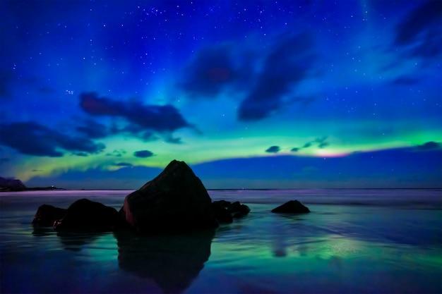 Aurora borealis nordlichter. lofoten, norwegen