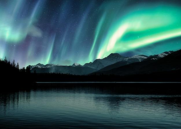 Aurora borealis, nordlichter über kanadischen rocky mountains