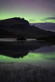 Aurora borealis über der isle of skye in schottland