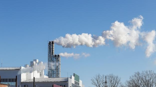 Aus dem kraftwerksrohr tritt rauch aus