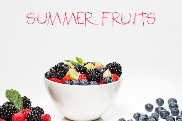 Aus farbigen früchten gemischt. süße früchte und gemischte beeren.