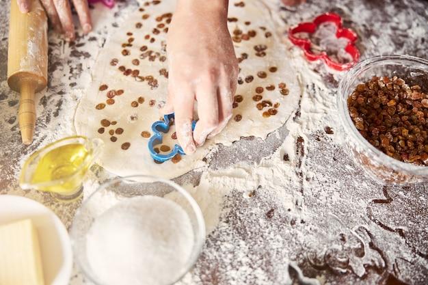 Aus frischem teig keksformen zu kreieren macht spaß