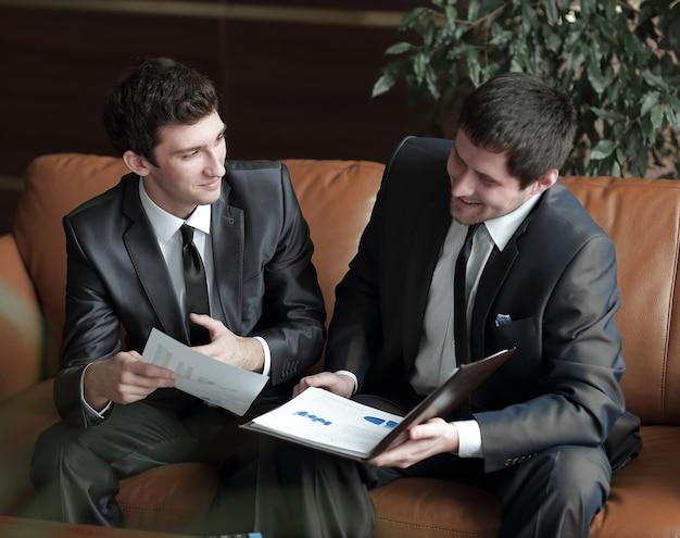 Aus nächster nähe entwickeln die vermarkter des unternehmens wochentags ein büro für marketingstrategien