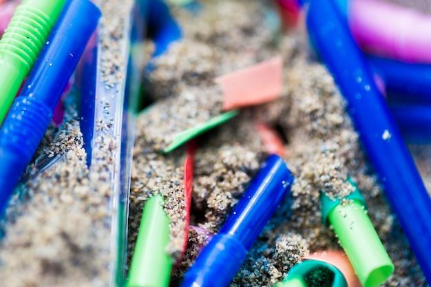 Aus sand gesammelte plastikstücke