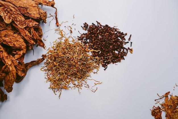 Aus tabakblättern und nelken geschnitten für traditionellen indonesischen tabak