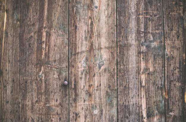 Aus verwittertem altem rustikal lackiertem holz.