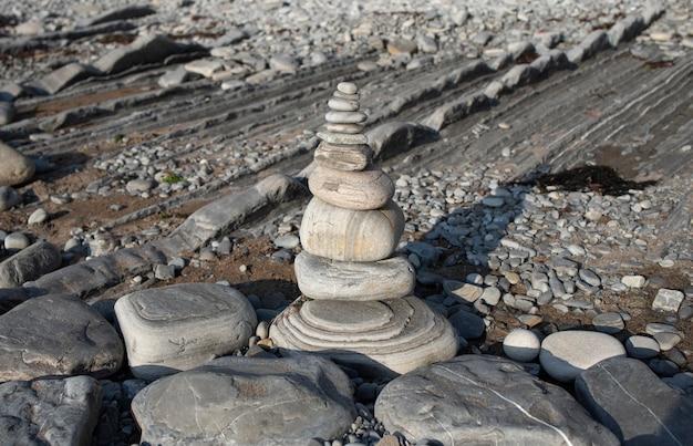 Ausbalancierte steine an einem kiesstrand