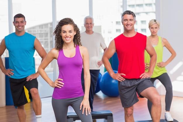 Ausbilder mit der eignungsklasse, die schritt-aerobicübung durchführt