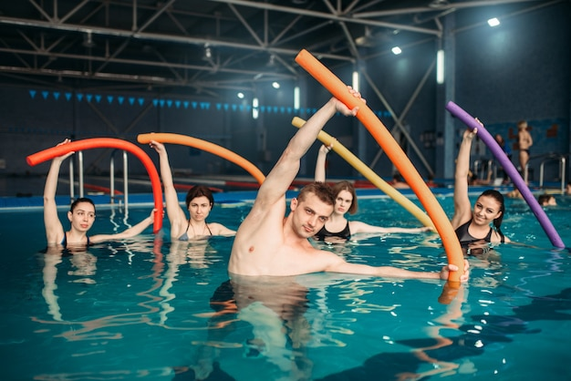 Ausbilder und kurs zum training im schwimmbad