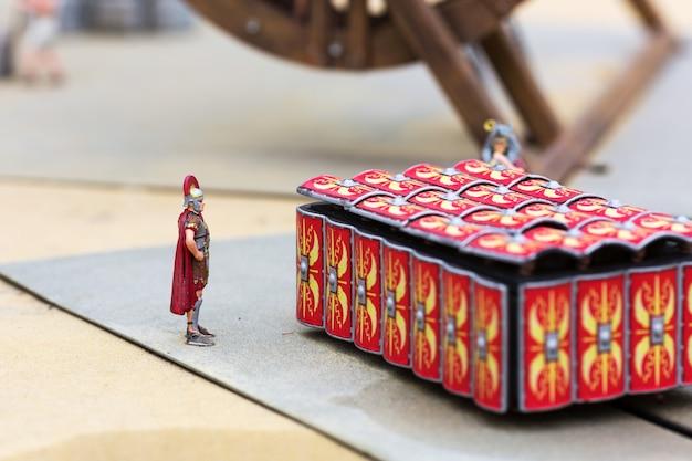 Ausbildung römischer soldaten, kriegsminiaturszene im freien, europa. mini figuren mit hoher entkalkung von objekten, realistisches diorama, spielzeugmodell