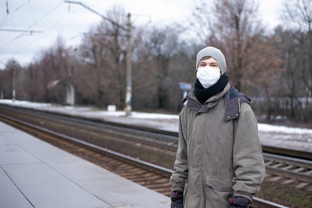 Ausbruch der tödlichen, tödlichen atemwegserkrankung coronavirus in russland, ukraine. konzept: chinesisches virus ncov -2019. mann, ein mann in einer medizinischen maske auf der plattform.