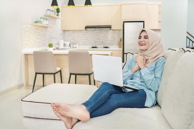 Ausdruck der schönen jungen frau, die hijab trägt, der satis beobachtet