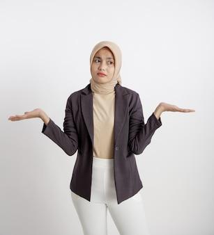 Ausdruck junger unternehmer kennen keine offenen arme, das konzept der büroarbeit isoliert weißen hintergrund