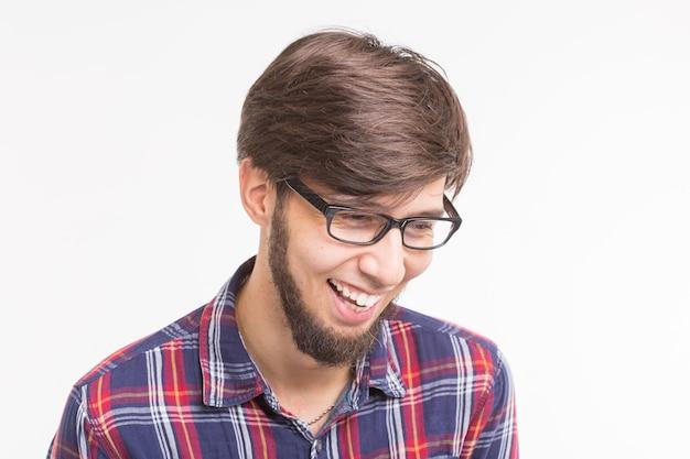 Ausdrucks- und gestenkonzept - gut aussehender mann mit brille, der über weißem hintergrund lacht