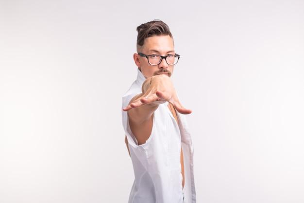 Ausdrucks- und gestenkonzept - junger mann im weißen hemd mit seiner hand vorwärts zur kamera