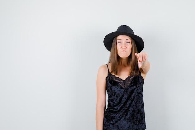 Ausdrucksstarke junge dame, die im studio aufwirft